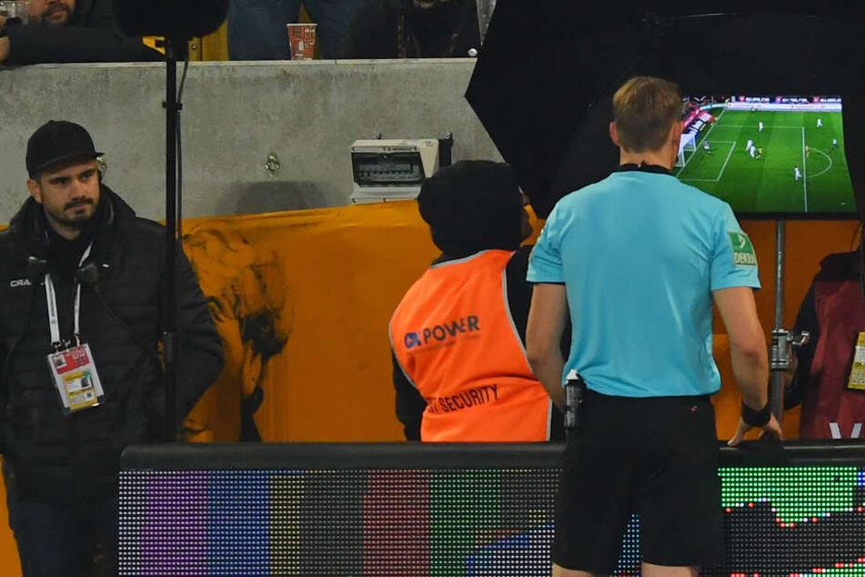 Schiedsrichter Martin Petersen schaut sich die Szene im Videobeweis an und erkennt das Tor von Wiesbaden ab.