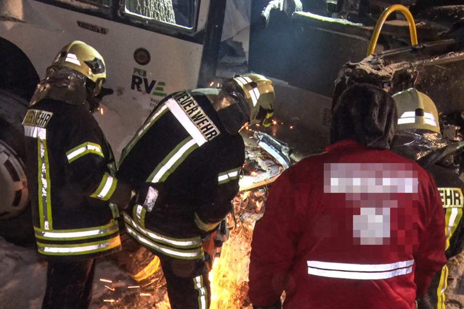 Die Feuerwehr musste den Bus für die Bergung teilweise zersägen.