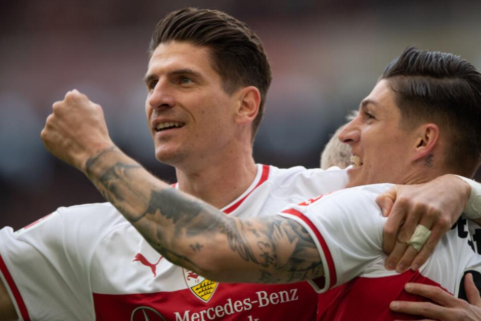 VfB-Stürmer Mario Gomez (l.) bejubelt seinen Treffer zum 1:0 (4.). Mit ihm sein Vorlagengeber Steben Zuber.