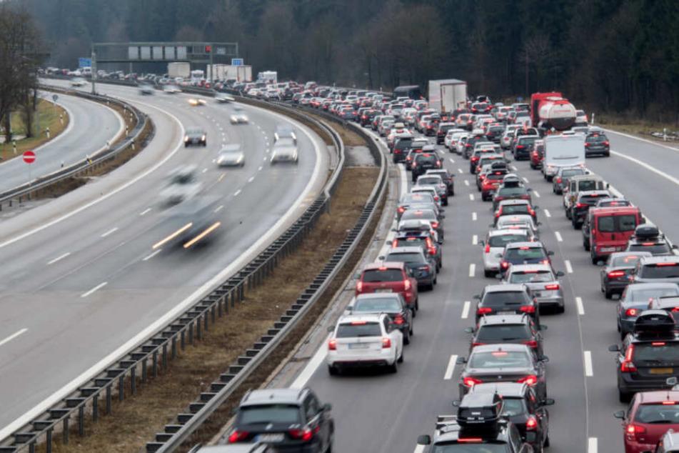 Es geht nichts mehr! Umgekippter Laster blockiert Autobahn