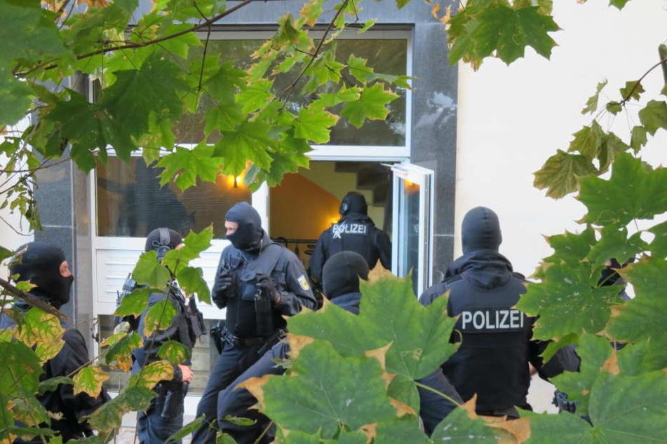 Leipzig: Polizisten stürmen mit Maschinenpistolen Haus in der Innenstadt
