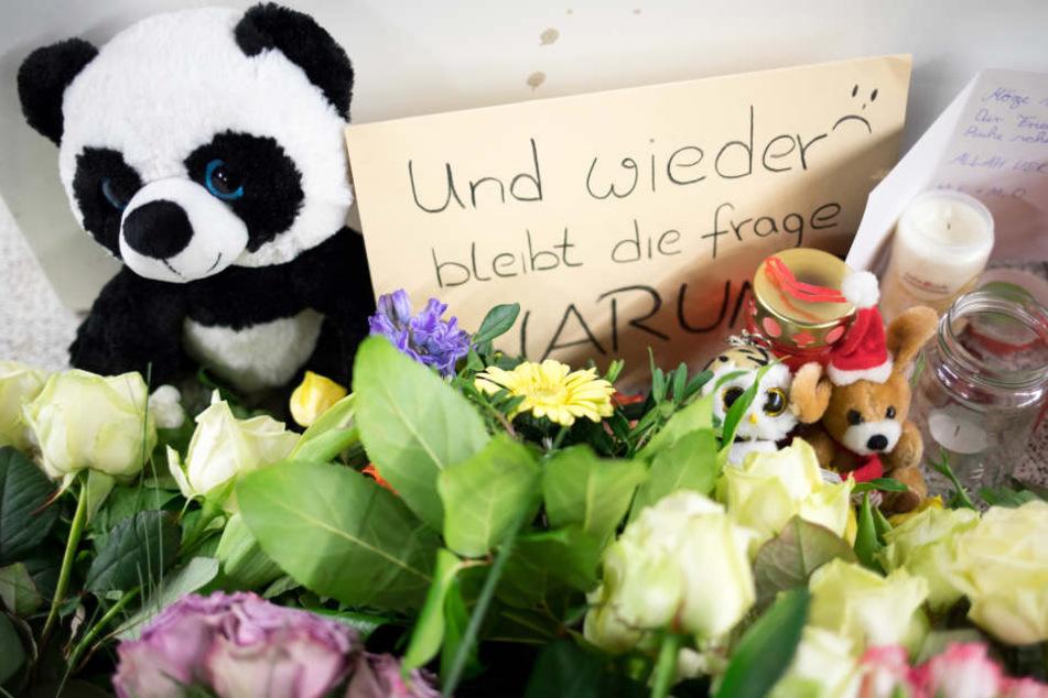 Nach der schlimmen Tat am Jungfernstieg legten Menschen Blumen an der S-Bahn-Station ab.