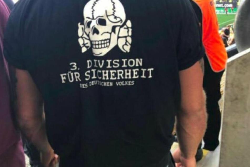 Dieses Bild kursiert in Sachsens Fußballkreisen: Zwei Ordner mit Nazi-T-Shirts