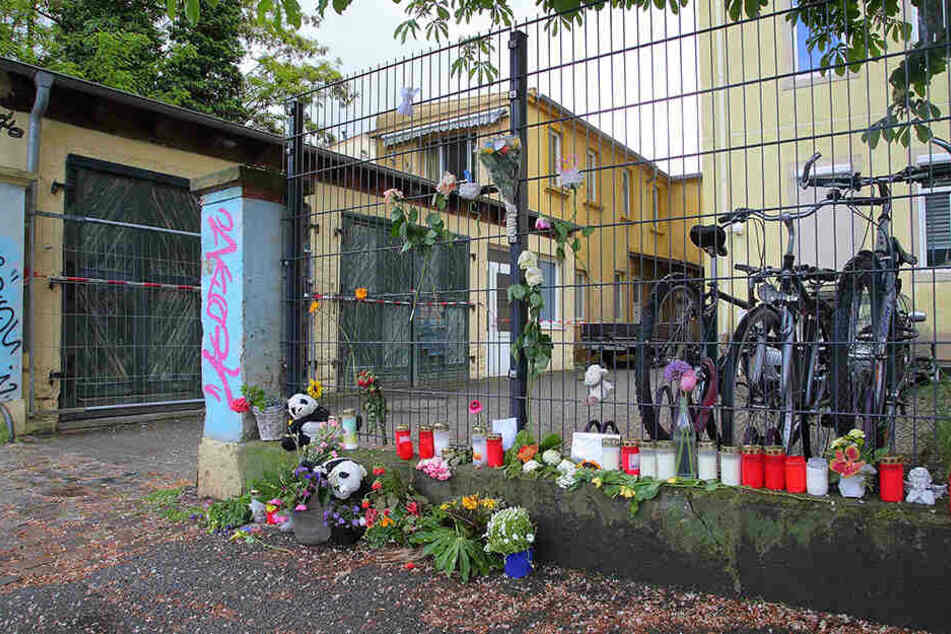 Blumen, Kerzen und Panda-Plüschtiere für die ermordeten Geschwister: Vor dem Haus an der Stetzscher Straße in der Neustadt zeigen Dresdner ihre Anteilnahme.