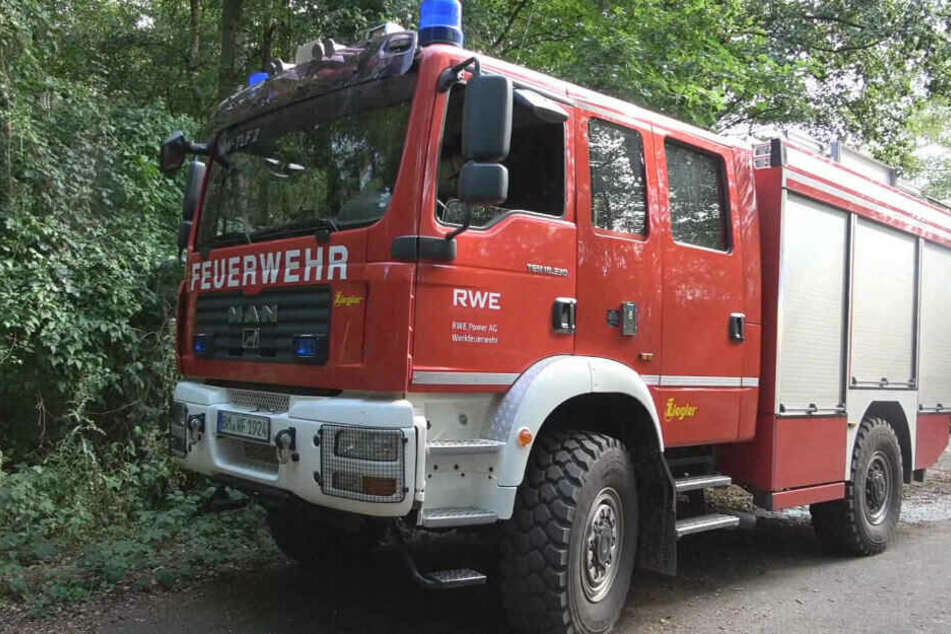 Feuerwehrkräfte bei einem Waldbrand in Frechen.