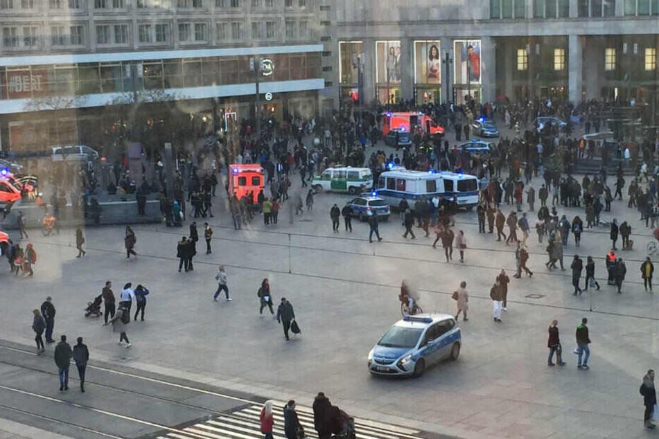 Menschengruppen, Polizeifahrzeuge und Krankenwagen stehen auf dem Alexanderplatz. Nach einem Aufruf in sozialen Medien ist es auf dem Berliner Alexanderplatz zu einer Massenschlägerei gekommen.