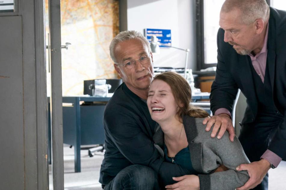 Max Ballauf (Klaus J. Behrendt, l.) und Freddy Schenk (Dietmar Bär, r.) versuchen, Ivo Steins Verlobte zu trösten.