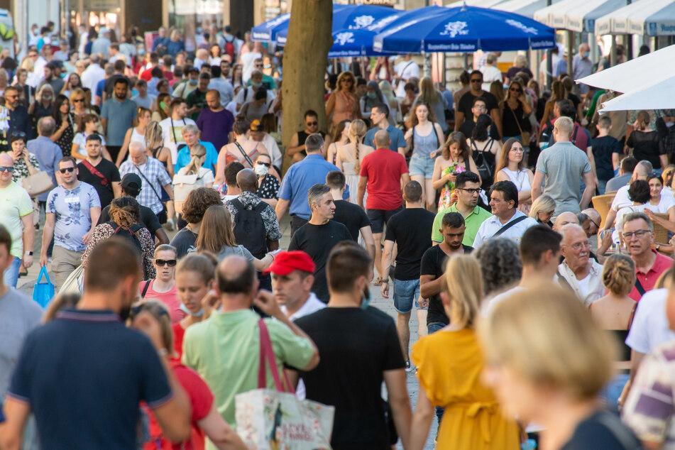Passanten laufen während der Coronavirus-Pandemie durch die Kaufinger Straße in der Münchner Innenstadt.