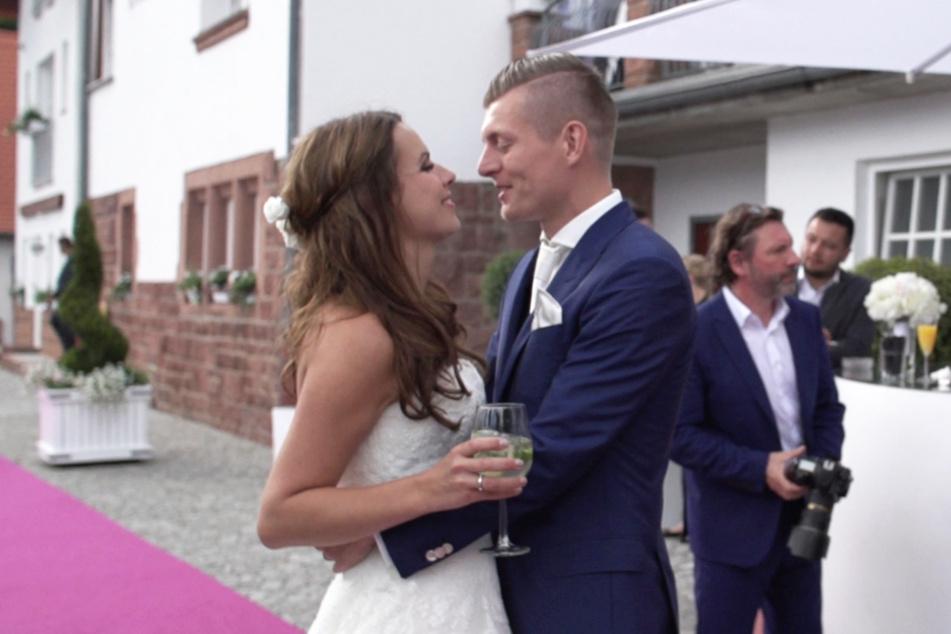 Toni und seine Frau Jessica Kroos überglücklich bei ihrer Hochzeit.