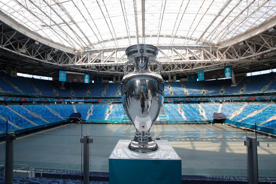 Der Henri-Delaunay-Pokal für die Gewinner der Fußball-Europameisterschaft steht auf einem Podium im Sankt-Petersburg-Stadion, während der offiziellen Tour des Pokals.