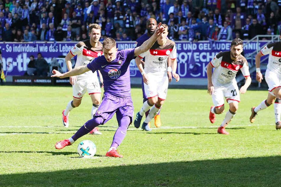 """Mario Kvesic traf beim letzten Spiel gegen St. Pauli zum 2:1-Sieg. Er verwandelte den Elfmeter sicher. Es war bis heute der letzte Dreier der """"Veilchen""""."""