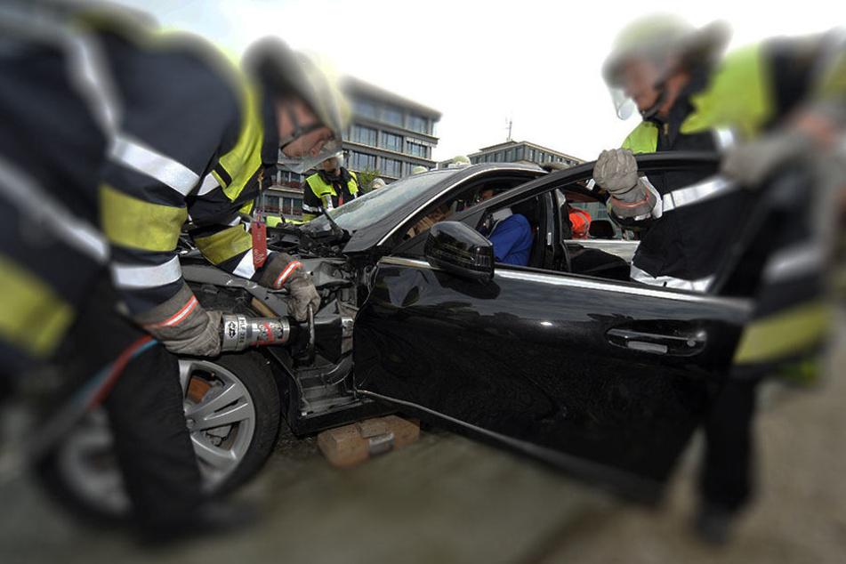 Die Feuerwehrleute konnten den Verletzten mit speziellen Druckluftwerkzeugen aus dem Fahrzeug befreien. (Symbolbild)