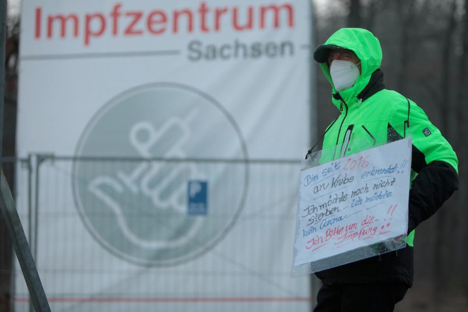 Dresden: Weil er leben will: Schwerkranker Mann (62) protestiert vor dem Impfzentrum für seine Impfung