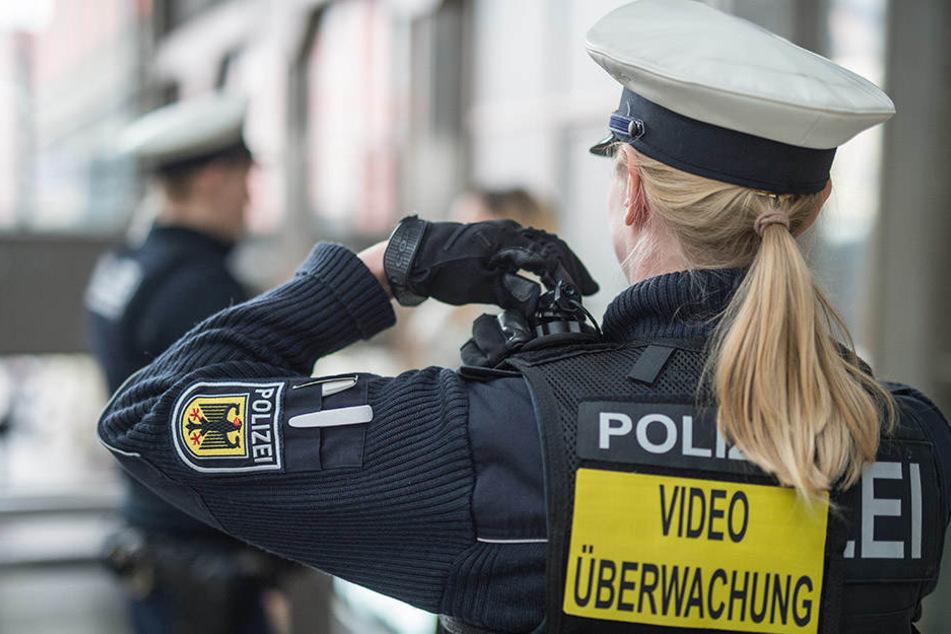 Polizistinnen werden immer öfter beleidigt und Opfer sexueller Gewalt. (Symbolbild)
