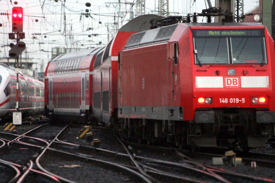 Die Bahn wurde nach dem verhinderten Unglück in einen Bahnhof zurückgeschleppt. (Symbolbild)