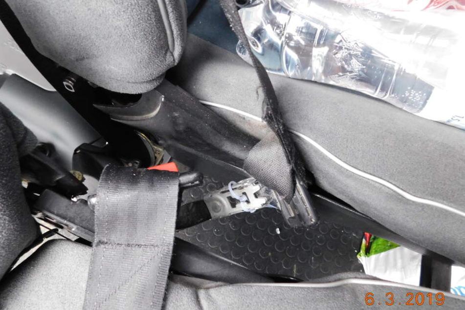 Polizei stoppt Kleinbus auf Autobahn: Der Fahrzeug-Zustand schockt die Beamten!
