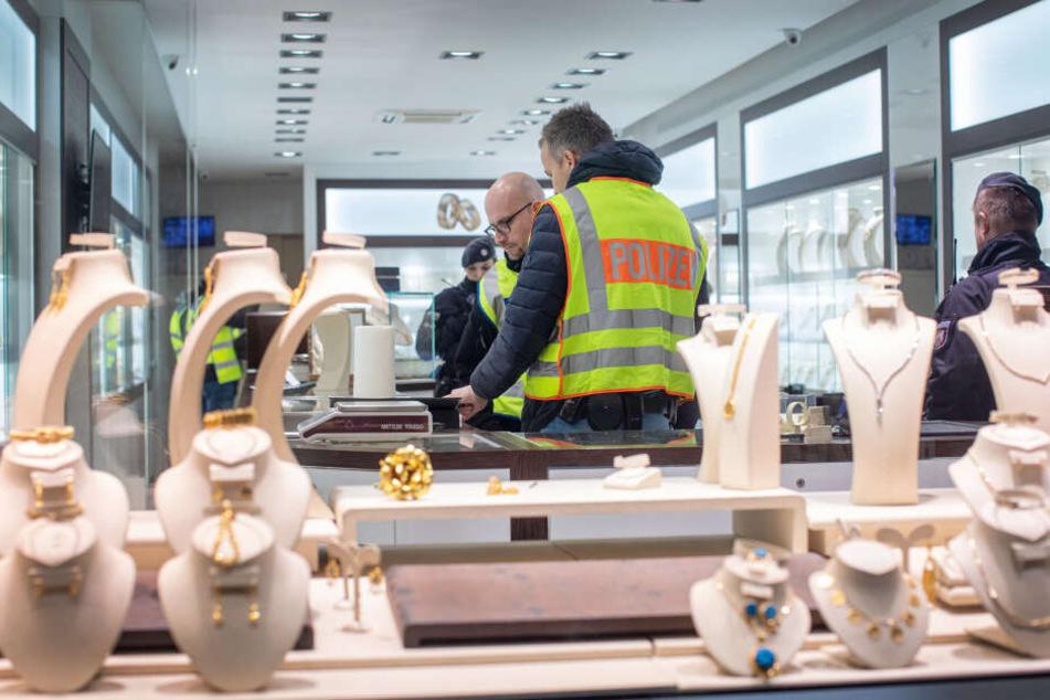 Beamte durchsuchen die Räumlichkeiten eines Juweliers in Duisburg-Marxloh.