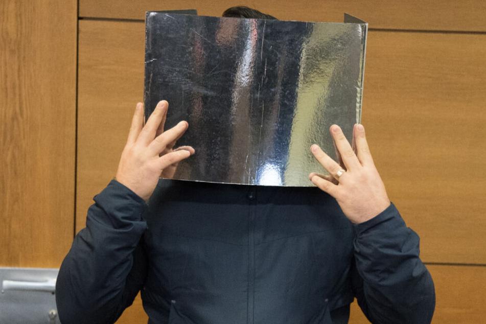 Der 38-jährige Angeklagter mit Kontakten zum Berliner Clan-Milieu steht im Gerichtssaal.