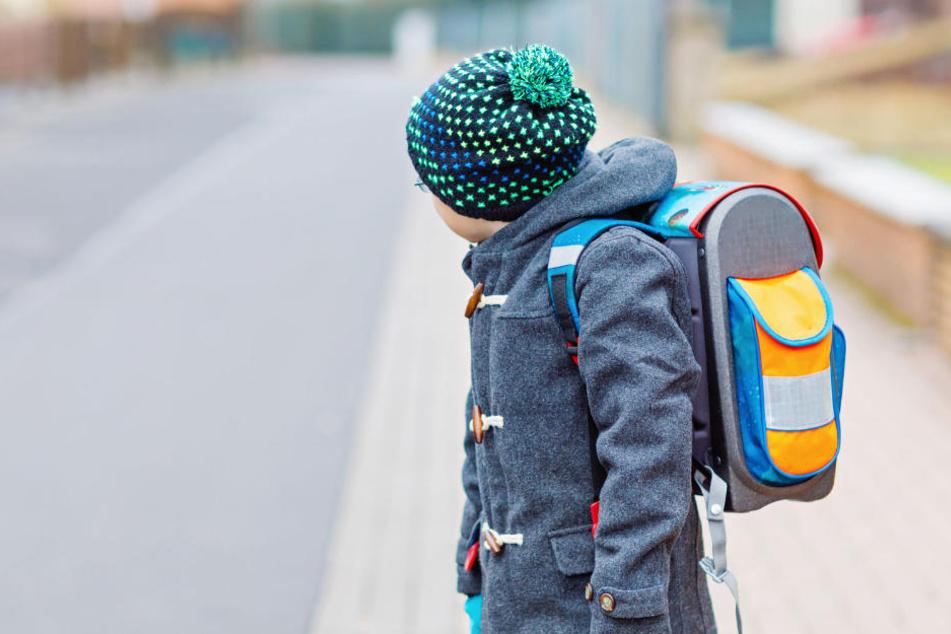 Der Junge wollte über die Straße gehen, als das Auto ihn traf. (Symbolbild)