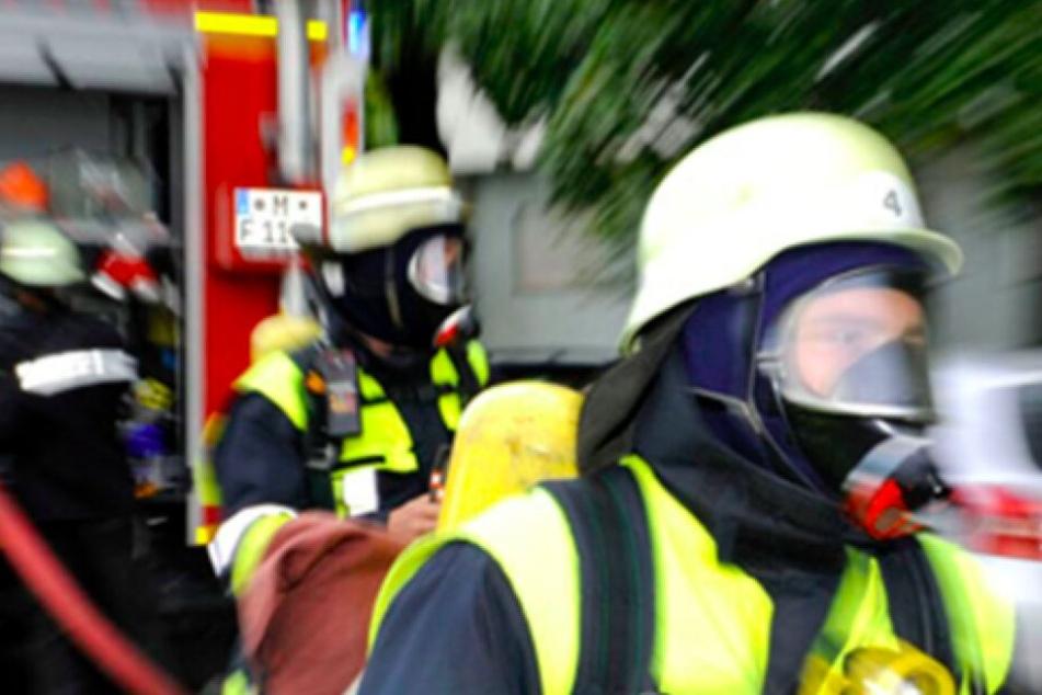 Bei einem Feuer in einem Hausanbau erlitten sieben Menschen eine Rauchgasvergiftung. (Symbolbild)