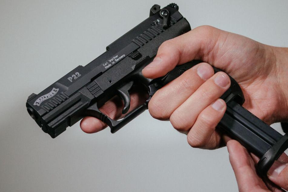 Der Schütze wollte erneut auf die junge Frau zielen, als die Polizei kam. (Symbolbild)