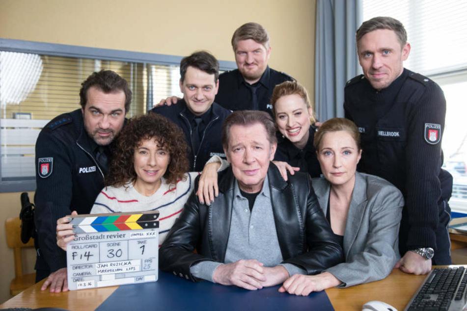 Zahlreiche Schauspieler prägen das Großstadtrevier, besonders beliebt ist Jan Fedder (Mitte).
