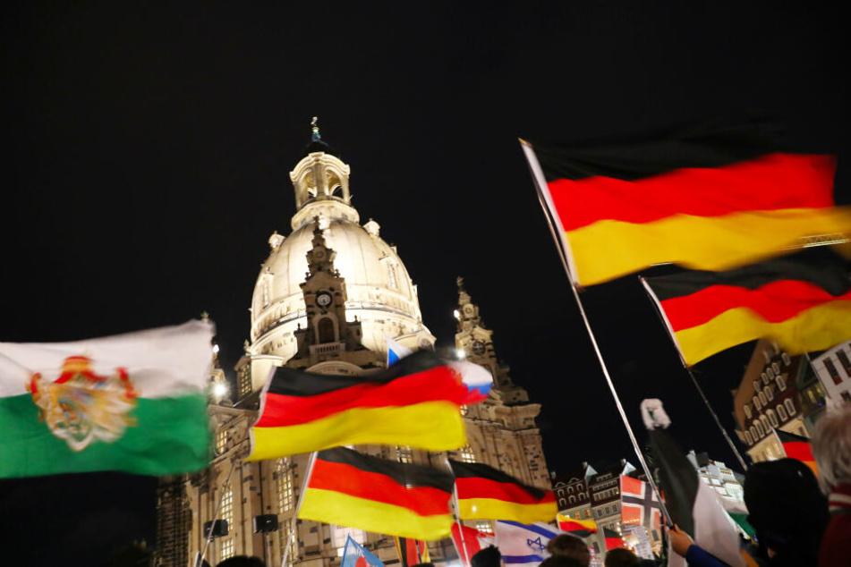 Deutschlandfahnen werden auf dem Neumarkt geschwenkt.