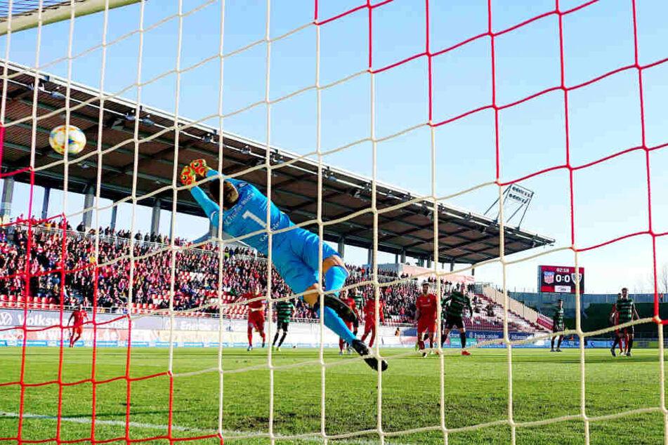 Das 1:0 für den FSV! Vergebens streckte sich Münsters Keeeper Oliver Schnitzler nach dem von Fabio Viteritti (nicht im Bild) geschossenen Ball.