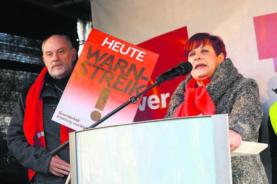 Ursula-Marlen Kruse (61), Vorsitzende der Gewerkschaft Erziehung und Wissenschaft in Sachsen, sprach gestern vor dem Finanzministerium.