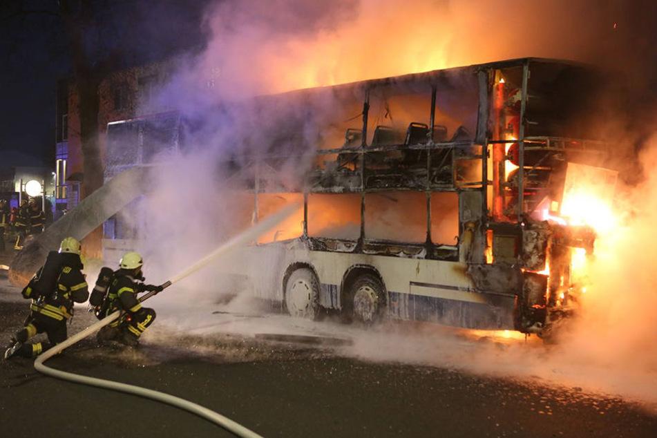 Als die Feuerwehr eintraf, stand der Doppeldeckerbus bereits lichterloh in Flammen.
