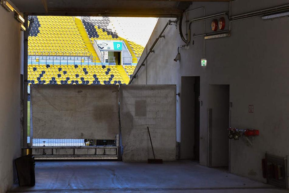 Sichtschutz fürs Geheimtraining: Die Eingänge zum Stadioninnern wurden mit Planen verhängt.
