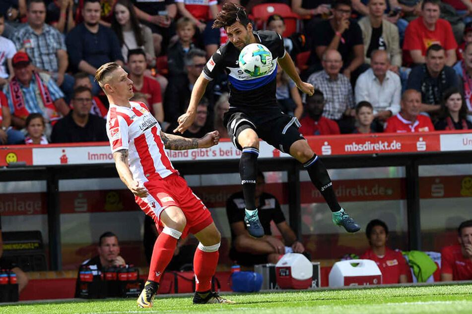 Marc Torrejon Moya (l) von 1. FC Union Berlin und Stephan Salger von Arminia Bielefeld kämpfen um den Ball.