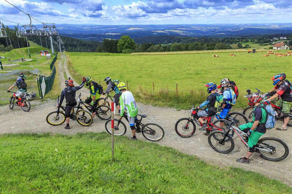 Mountainbiker auf einer Strecke bei Schöneck im Vogtland.