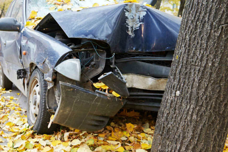 Straßenende übersehen: Drei Menschen werden schwer verletzt
