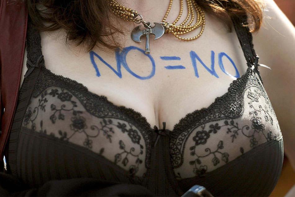 """""""No = No"""" steht auf dem Dekollté einer Demonstrantin beim """"Sluwalk""""."""
