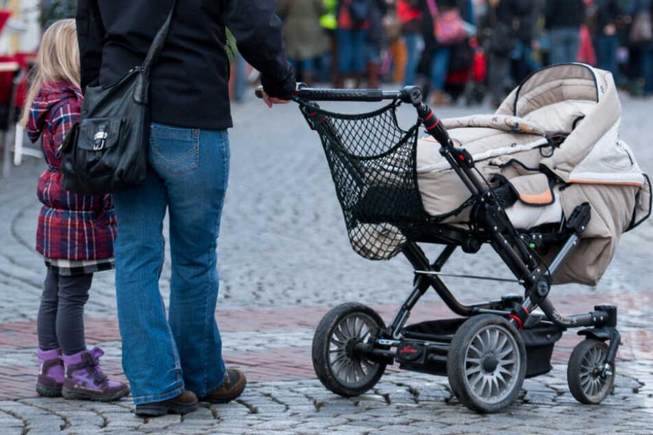 Was für ein Schock! Männer wollen Baby aus Kinderwagen entführen