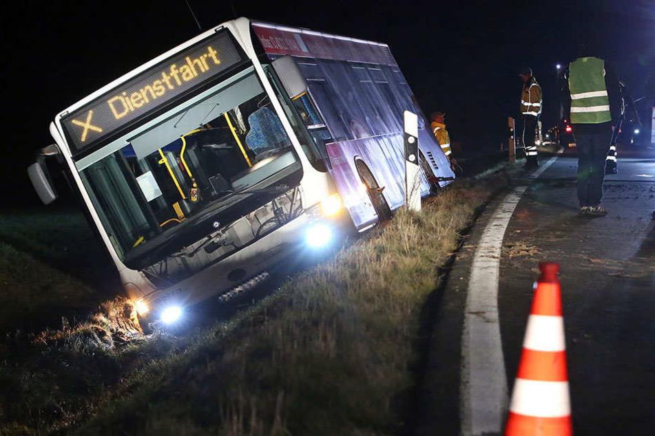 Gesundheitliche Probleme? Linien-Bus landet im Straßengraben