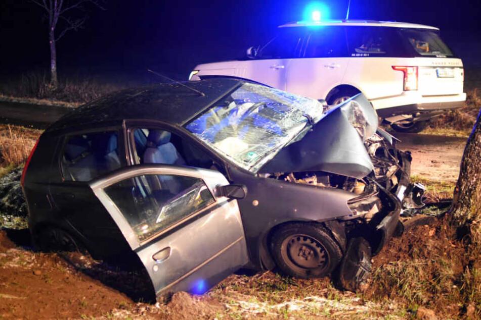 Schwer verletzt: Fiat-Fahrerin (27) kracht frontal gegen Baum