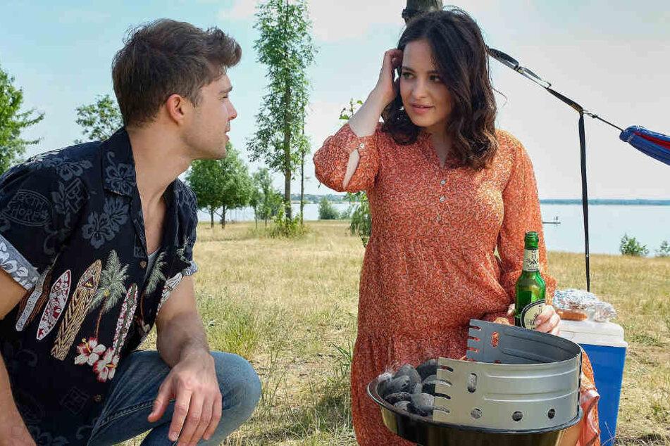 Zwischen Kris Haas (Jascha Rust) und Jasmin (Leslie-Vanessa Lill) knistert es.