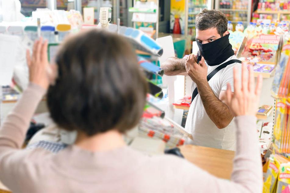 Mit einer Pistole und einem Messer wurde das Edeka-Personal bedroht. (Symbolbild)