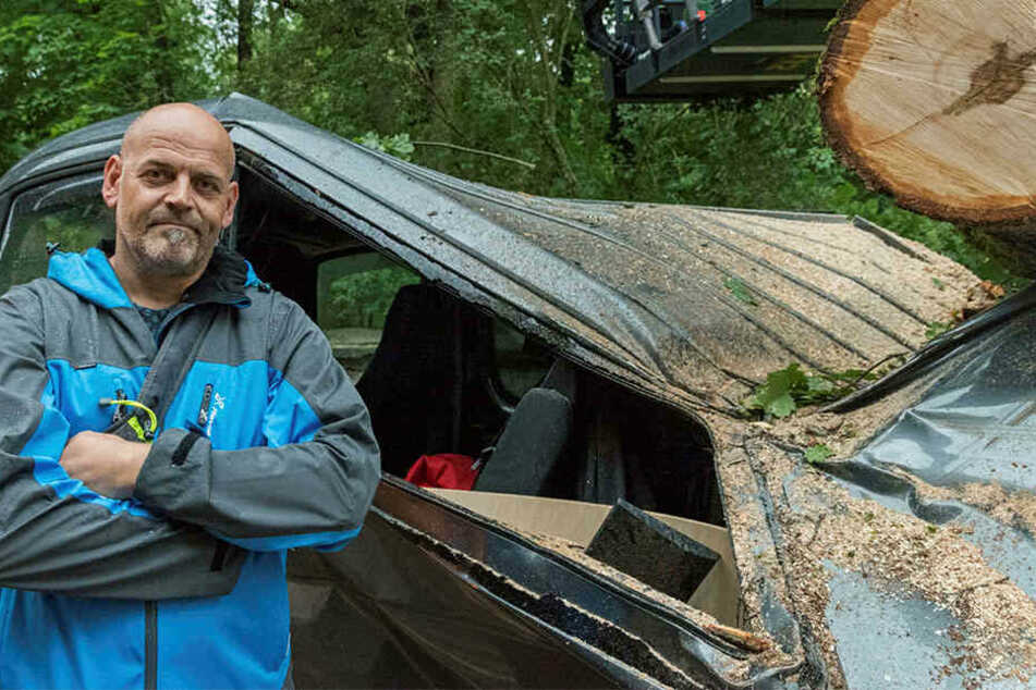 Thomas Salisch steht vor dem zerstörten Fahrzeug. Am Samstag sollte es in den Urlaub gehen.