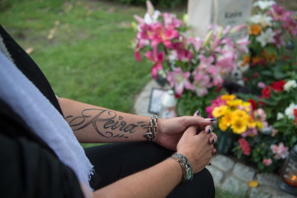 Die Mutter der getöteten 14-Jährigen Keira aus Berlin-Hohenschönhausen trauert am Grab ihrer Tochter. (Archivbild)