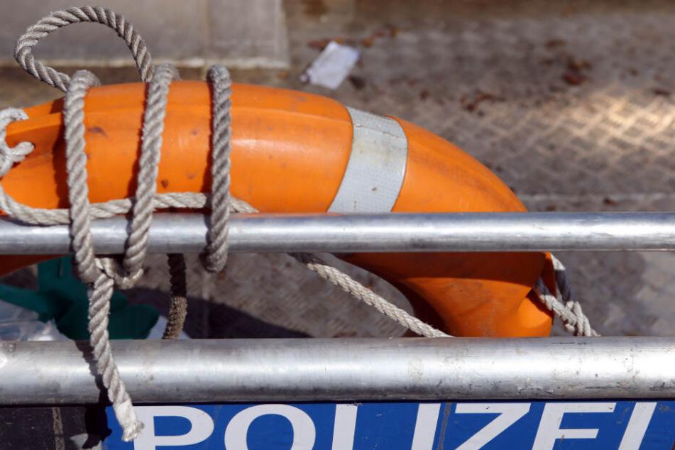 Die Wasserschutzpolizei fand den leblosen Körper des 77-Jährigen unter dem Segel eines Boots. (Symbolbild)