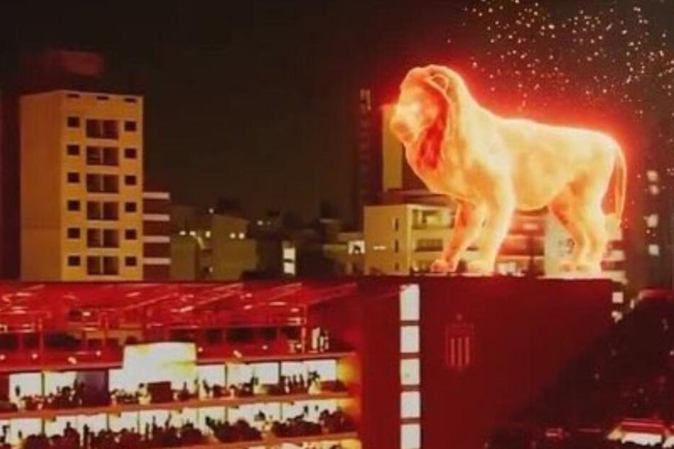 Ein Löwe aus Feuer steht auf dem Stadiondach von Estudiantes de La Plata.