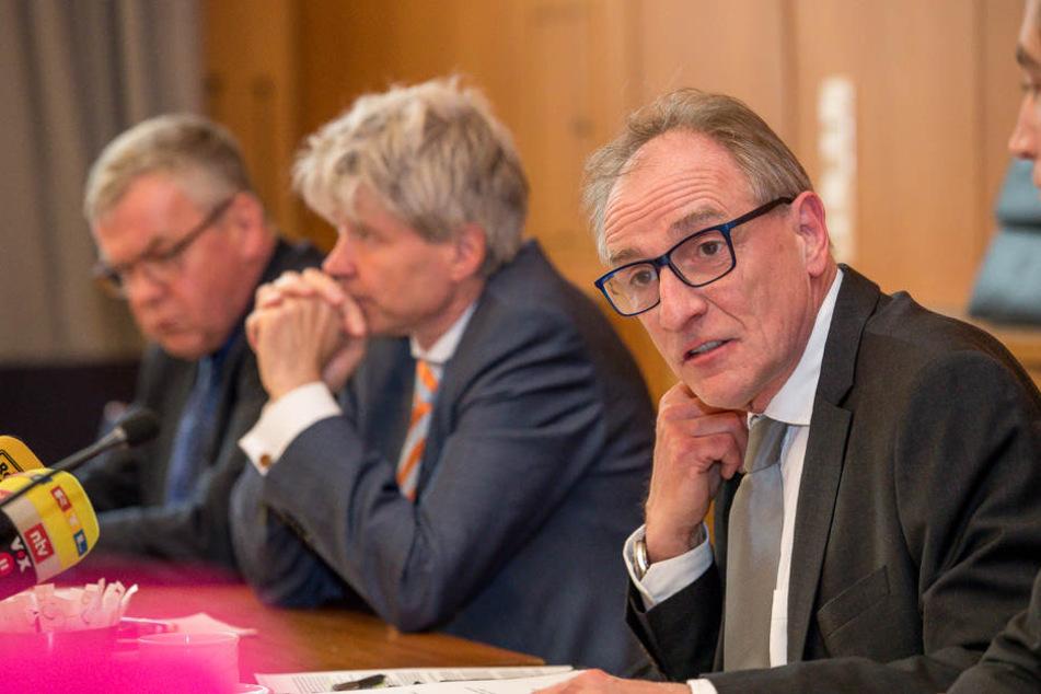 Sozialdezernent Harald Rau (Mitte) und Flüchtlingskoordinator Hans-Jürgen Ostern erklärten die Anmietung des Hotels.