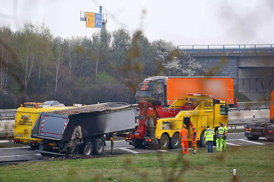 Der Laster steht an der Anschlussstelle Meerane und muss nun abgeschleppt werden.
