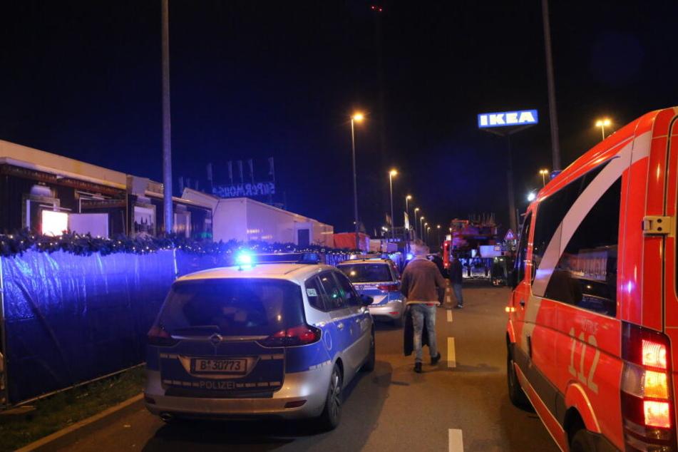 Zahlreiche Kräfte der Polizei und Feuerwehr sind vor Ort.
