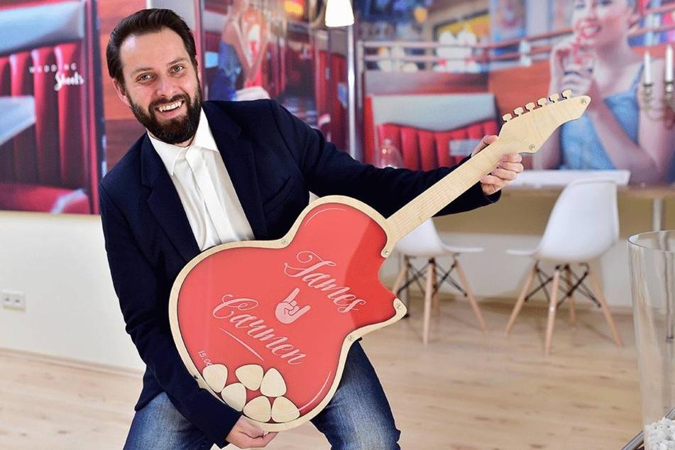 """Die Gästebücher in Gitarrenform haben es """"wedding-shoots""""-Inhaber Alexander Simon (37) besonders angetan."""