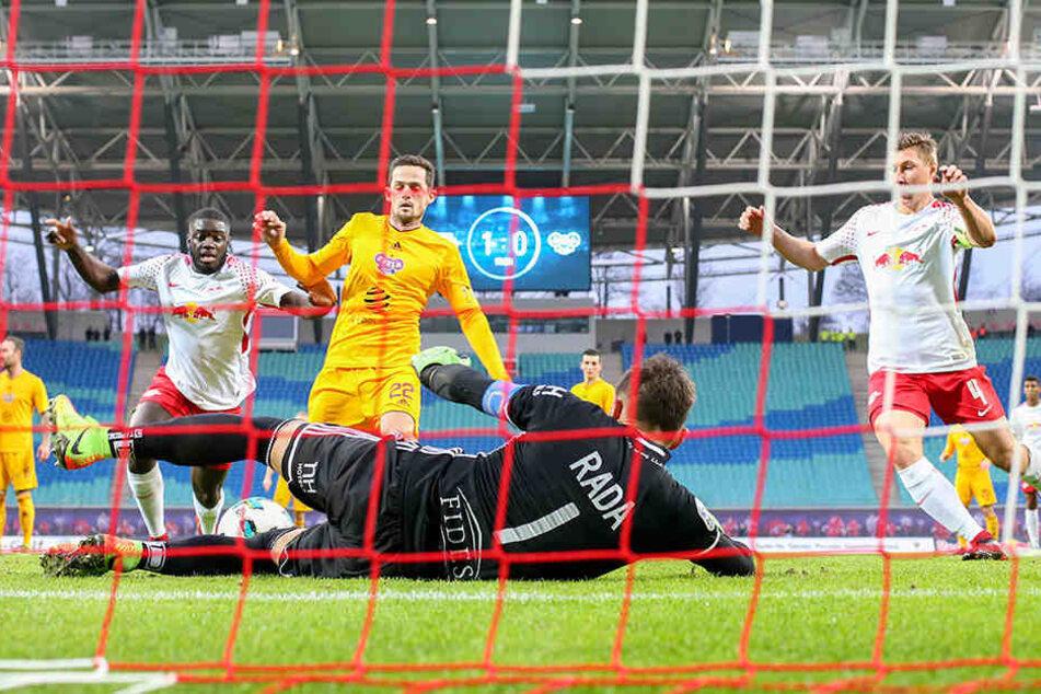 RB setzte sich ohne das Nationalspieler-Trio Timo Werner, Marcel Halstenberg und Emil Forsberg mit 2:0 (1:0) gegen den tschechischen Erstliga-Zehnten Dukla Prag durch.