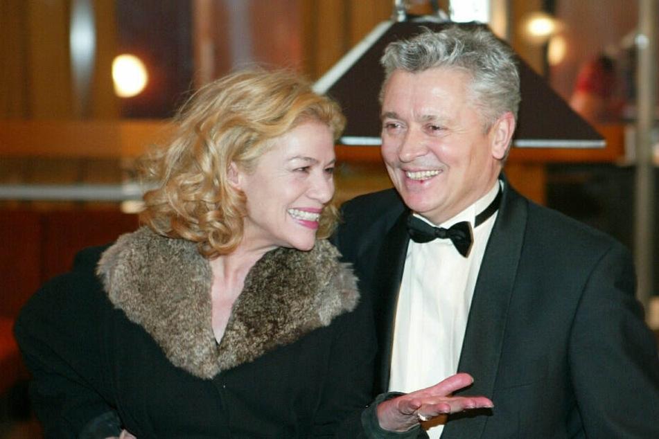 """Die Schauspieler Hannelore Elsner (l) und Henry Hübchen sprechen am 03.03.2004 während einer Drehpause zum Film """"Zucker"""" im ehemaligen Cafe Moskau in Berlin miteinander. (Archivbild)"""